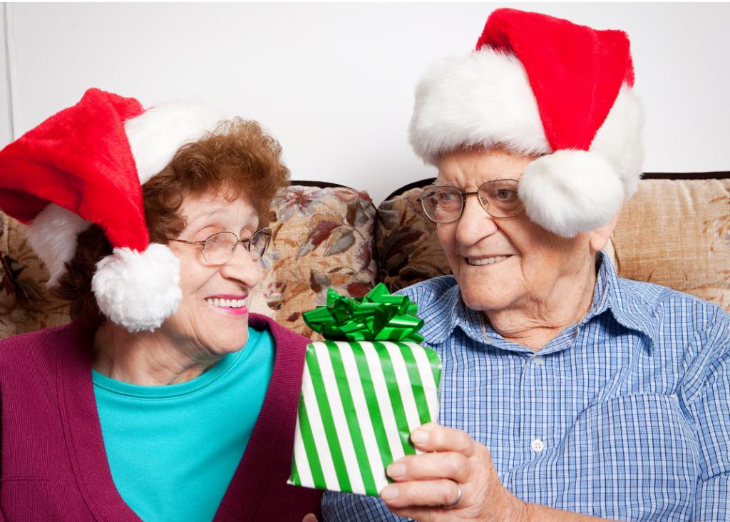 Mamie et Papi avec leur cadeau à Noël
